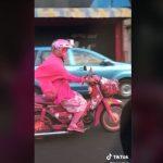 Viral Video Emak-emak Naik Motor Serba Pink