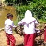 Viral Anak SD Menyeberang Sungai